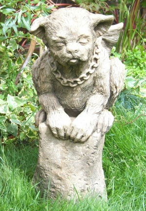 Warde: dog-like gargoyle statue for the garden